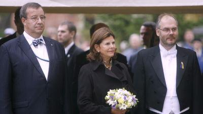 Drottning Silvia besöker Tartu universitet år 2007, flankerad av Estlands dåvarande president Toomas Hendrik Ilves och Tartu universitets rektor Alar Karis.