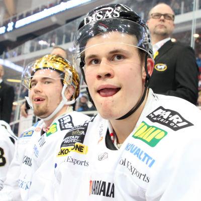 Julius Junttila, Juho Lammikko och Jesse Puljujärvi på Kärpäts avbytarbänk.