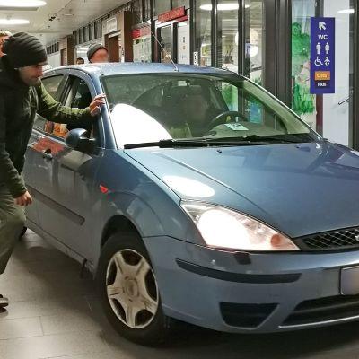 Auto sisällä kauppakeskus Apajassa.
