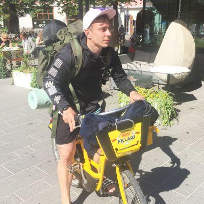 Xavier Hilden on pyörävaelluksellaan kerännyt roskia muun muassa Qstockin jälijltä Kuusisaaresta.