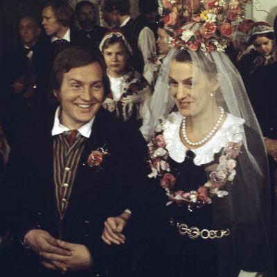 Rose-Marie Rosenback (Maija) ja Leif Sundberg (Janne). Häävieraita taustalla.