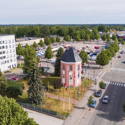 Ilmakuva Haminan keskustasta. Kuvan keskiössä on vuonna 1790 rakennettu lipputorni.