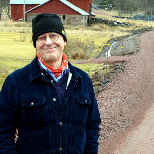 ESIN:s generalsekreterare Christian Pleijel poserar på en väg i Kökar.