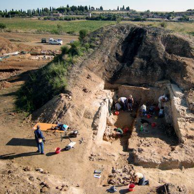 Arkeologit tutkivat hautakumpua Italian  Tarquinissa.
