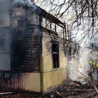 Talo palaa.