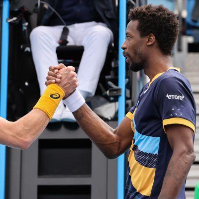 Emil Ruusuvuori ja Gael Monfils Australian avointen avauskierroksen ottelun jälkeen 2021.