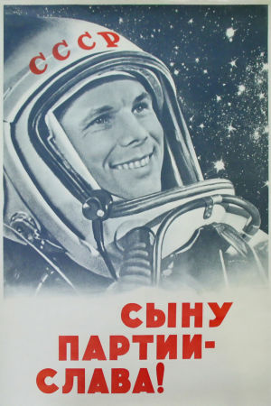 Gagarin hymyilee avaruuspuvussaan neuvostoliittolaisessa propagandakuvassa.