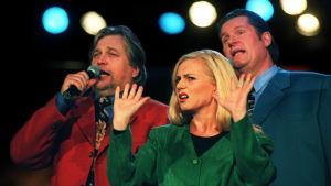 """Kai Hyttinen, Marjo Rein ja Matti """"Fredi"""" Siitonen Neljän tuulen tiellä -ohjelmassa."""