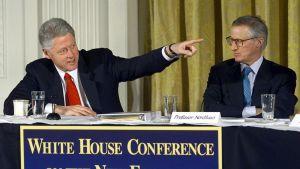 William D. Nordhaus (till höger) under en presskonferens tillsammans med USA:s president Bill Clinton år 2000.