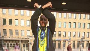 Hunderra Assefa gör oromoprotesternas officiella tecken