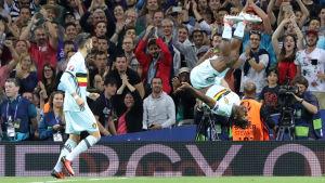 Michy Batshuayi gjorde målet som avgjorde åttondelsfinalen till Belgiens favör och firade med frivolter.