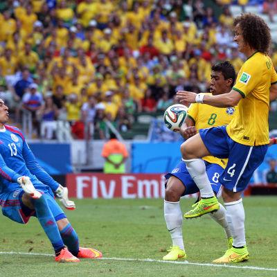 Guillermo Ochoa och David Luiz under VM