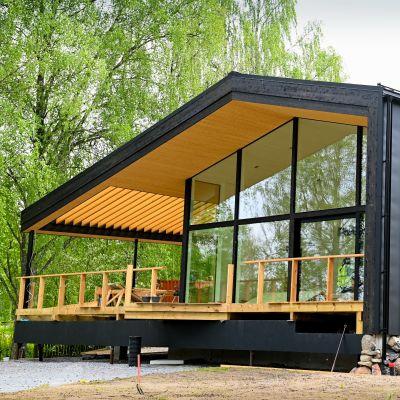 Villa Hopeapuu är ett hus helt byggt i trä på bostadsmässan 2021 i Lojo.