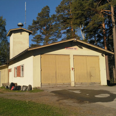 Sliten gammal brandstation i Bromarv.