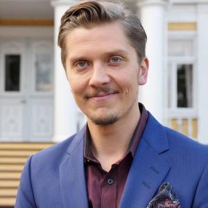 Tommi Virtanen (Eero Ritala) toimii pikatreffien isäntänä.