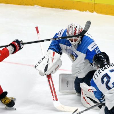 Kevin Lankinen stoppar ett skott av Alexandr Ovetjkin.