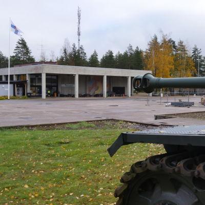 Vekaranjärven varuskunnan keskusaukio. Kuvan etualalla panssarivaunu ja taustalla sotilaskoti.