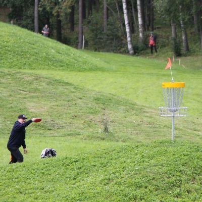 Pelaaja frisbeegolfradalla