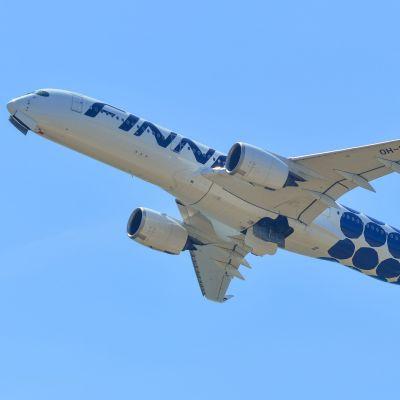 Ett Finnairplan av modellen Airbus A350 i luften.
