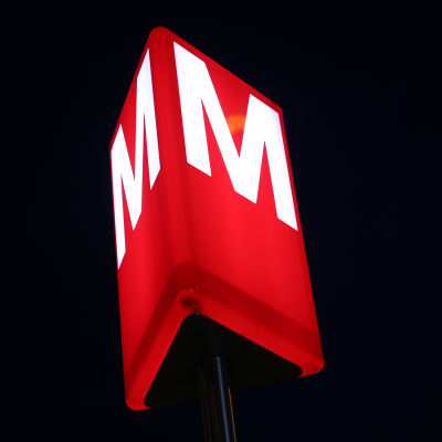 Metron logo Tapiolan asemalla.