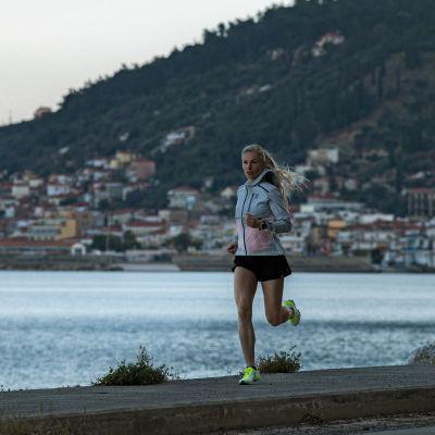 Noora Honkala löper på stranden i grekiska Gythelo.