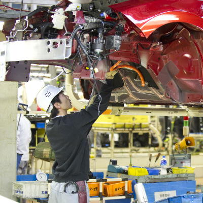 Nissananställd jobbar med att sätta ihop en bil på fabriken i Oppama, Japan.