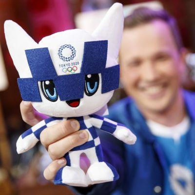Juontaja Antti Sahlström esittelee Tokion kisamaskottia.