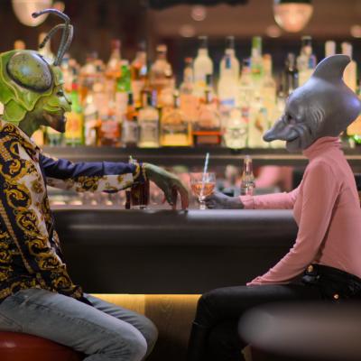 Två personer utklädda i masker är på en första dejt på en bar. Till vänster en man utklädd till en grön insekt och till höger en kvinna utklädd till en fisk..