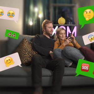 Märta och Simon i en soffa med massa chattbubblor omkring sig.