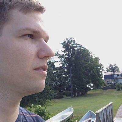 Jonas Blomqvist besöker Bodom. Bodom gård i bakgrunden.