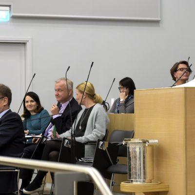 Paavo Arhinmäki (Vf) i talarstolen i riksdagen