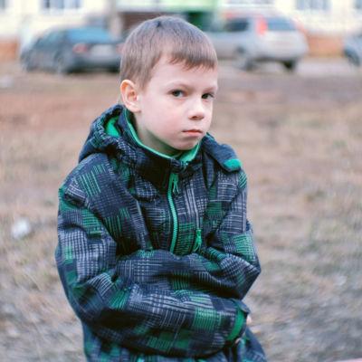 ett sorgset barn iklädd jacka