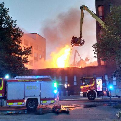 Ett flervåningshus brinner i Jyväskylä.
