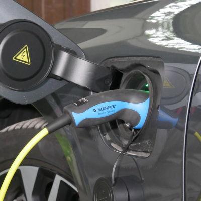 Sähköauton latauskaapeli kiinni autossa