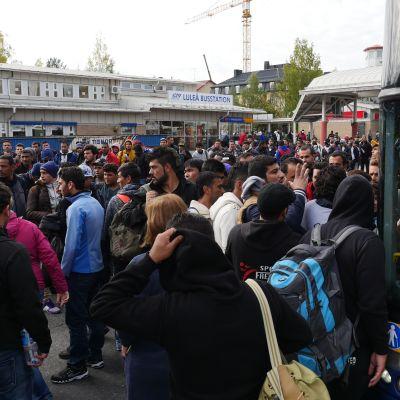 Ihmisiä jonottaamassa linja-autoon Luulajan linja-autoasemalla