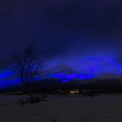 Saana-tunturi siniseksi valaistuna.