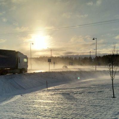 Rekka ajaa talvikelissä maantietä.