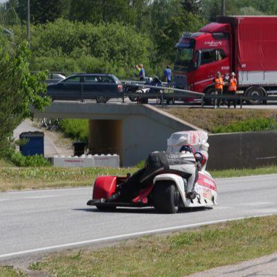 Sivuvaunuluokan kilpailija onnettomuuspaikan kohdalla