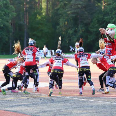 Joensuun Mailan naiset tuulettavat kunnaria yhdessä Rudi-maskotin kanssa Ykköspesiksen finaalissa.