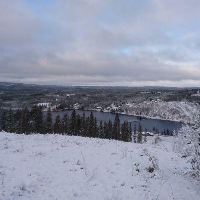 Ukkohallan rinteiltä näkyy järvi ja vaaramaisemaa.