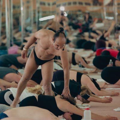 Stillbild från dokumentären Bikram: Yogi, Guru, Predator.