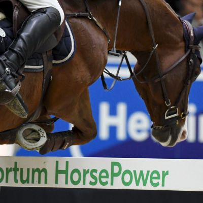 Hevonen hyppää esteen yli.
