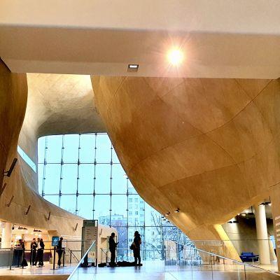 Entréhallen i Museet för den polska judarnas historia i Warszawa.