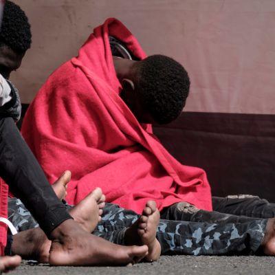 Migranter som hittats på havet blir omhändertagna av Röda korset på Gran Canaria.