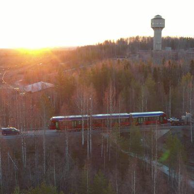 Raitiovaunu lavetilla, matkalla kohti Tamperetta Otanmäellä.