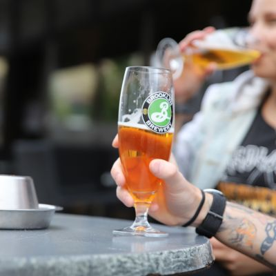 Olutlasi terassilla, taustalla joesuulainen Minni Immonen juo omasta lasistaan.