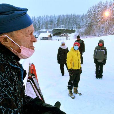 Pate Pollari ihmisjoukossa Laajavuoren laskettelurinteessä Jyväskylässä.
