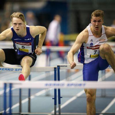 Juuso Peltola (8, JKU), Santeri Kuusiniemi (5, LempKiYU) ja Ilari Manninen (7, JKU) miesten 60 m aitajuoksun alkuerässä SM-halleissa 2019.