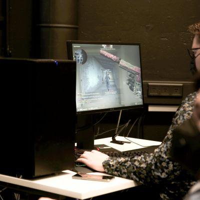 Nuori mies pelaa keskittyneen näköisenä Counter-strike: global offensive peliä.