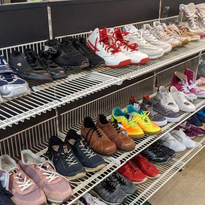 Pääkaupunkiseudun Kierrätyskeskus Oy:n Kaisaniemen myymälän kenkähylly.